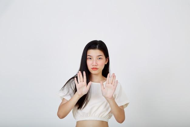 La giovane donna asiatica che mostra due mani ferma il gesto