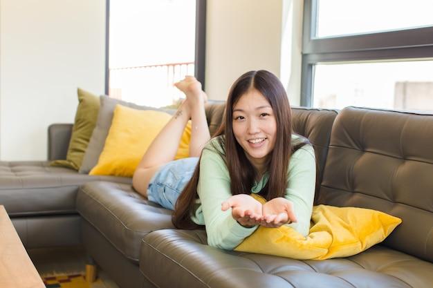 Giovane donna asiatica che sorride felicemente con amichevole