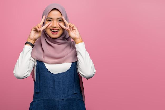 Giovane donna asiatica che sorride con l'espressione felice