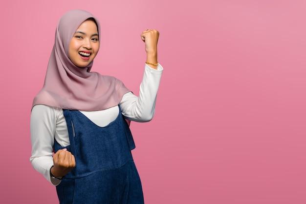 Giovane donna asiatica che sorride con l'espressione di successo