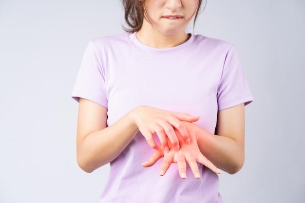 Giovane donna asiatica che soffre di dermatite