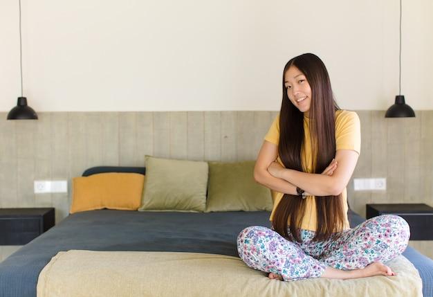 Giovane donna asiatica che pensa o dubita