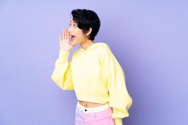 Giovane donna asiatica sul muro