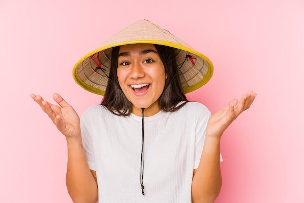 Giovane donna asiatica che indossa un cappello vietnamita
