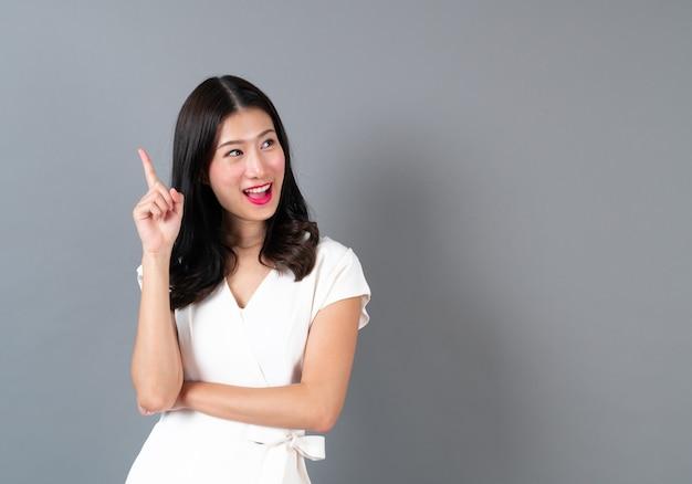 Giovane donna asiatica con la faccia pensante
