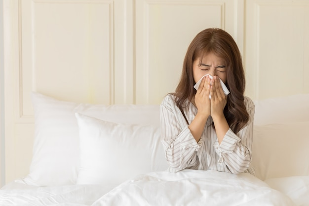 Le giovani donne asiatiche hanno freddo. concetto di salute e malati.
