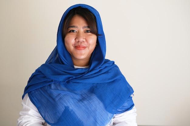 Giovani donne asiatiche che indossano un foulard sorridente fiducioso