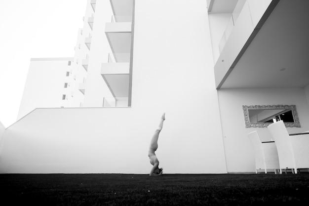 Giovane atleta che fa posizioni di yoga e pilates all'esterno