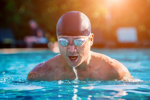 Nuoto atletico giovane nella piscina