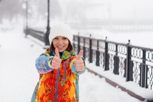 Una giovane donna atletica fa sport in una giornata gelida e nevosa. fitness, corsa