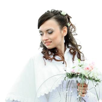 Giovane sposa attraente con bouquet su bianco