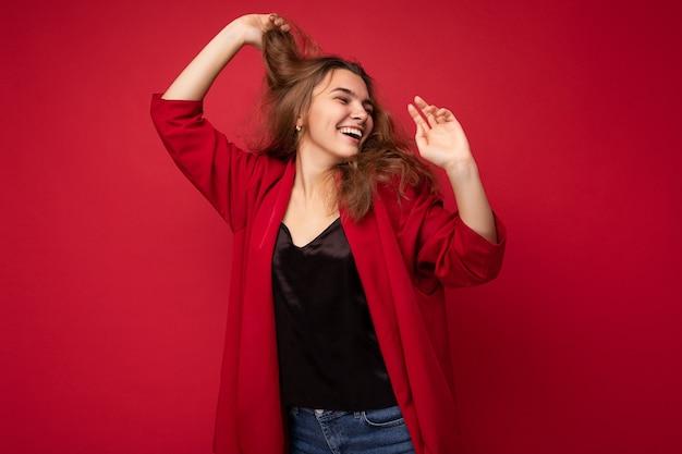 Giovane donna attraente hipster caucasica in abiti casual alla moda