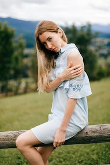 Abito romantico blu attraente giovane donna bionda elegante