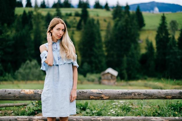 Abito romantico blu attraente giovane womanin bionda elegante