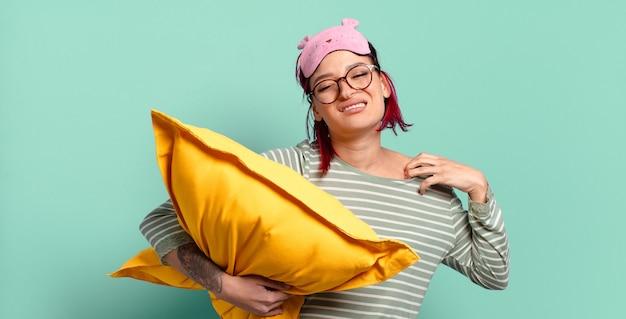 Giovane donna attraente con i capelli rossi che si sente stressata, ansiosa, stanca e frustrata, tirando il collo della camicia