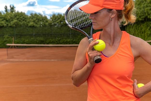 Giovane giocatore di tennis attraente sul campo