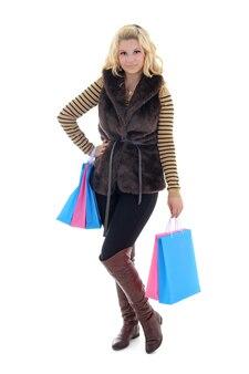 Giovane donna attraente dopo lo shopping su bianco