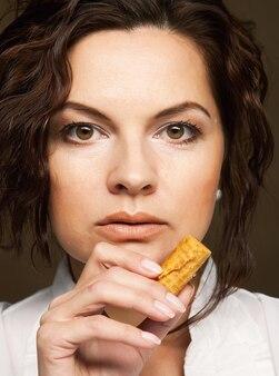 Giovane donna attraente con i biscotti