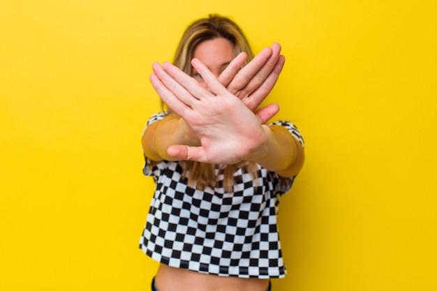 Giovane donna australiana isolata facendo un gesto di rifiuto