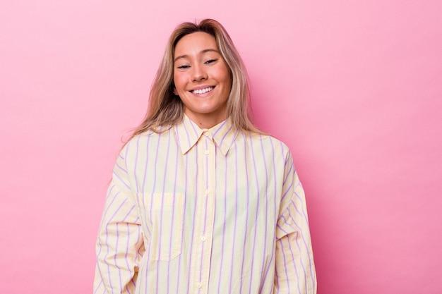 La giovane donna australiana isolata ride e chiude gli occhi, si sente rilassata e felice.