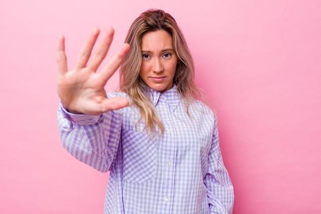 La giovane donna australiana ha isolato il rifiuto di qualcuno che mostra un gesto di disgusto.