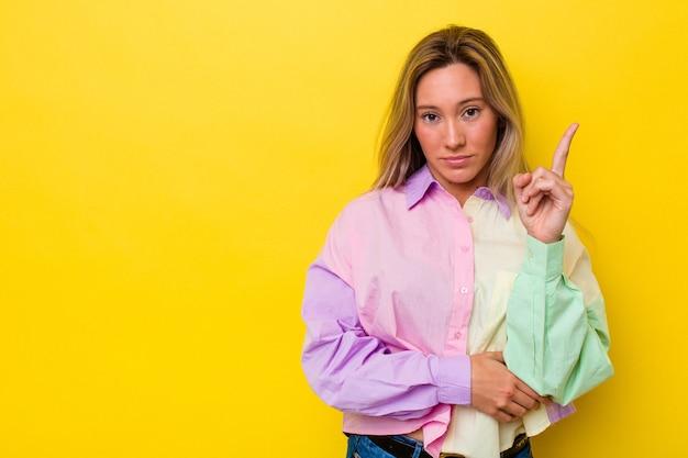 La giovane donna australiana ha isolato la rappresentazione numero uno con il dito.