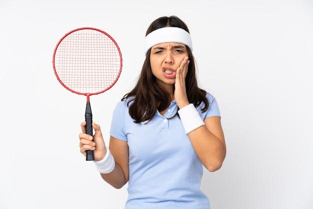 Giovane donna del giocatore di badminton isolata