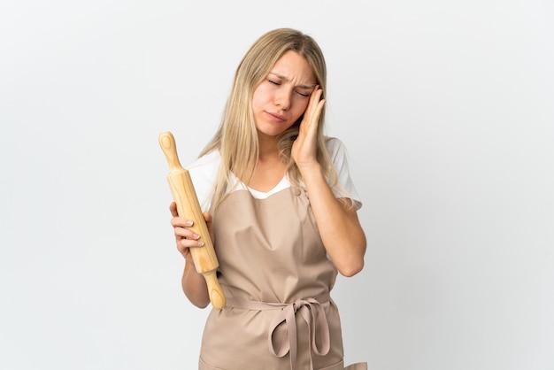 Donna giovane panetteria isolata su bianco
