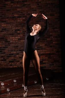 Giovane ballerina in tuta scura