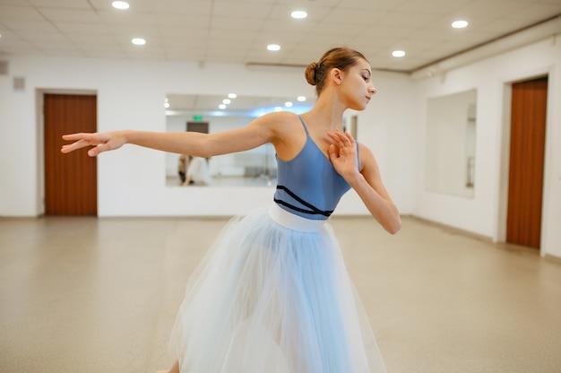 Giovane ballerina che prova alla sbarra in classe