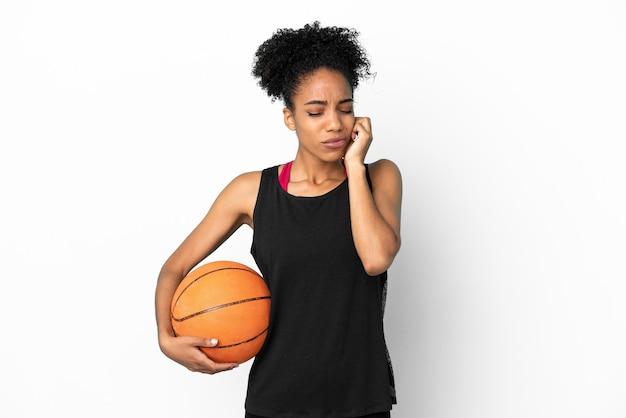 Giovane giocatore di basket donna latina isolata su sfondo bianco frustrato e che copre le orecchie