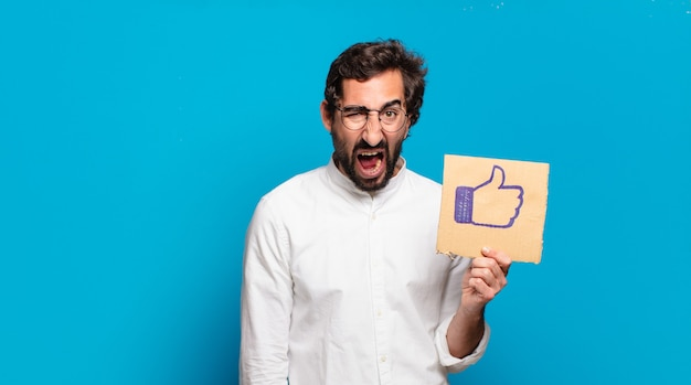 Giovane uomo pazzo barbuto che tiene un social media come banner