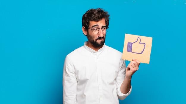 Giovane pazzo barbuto che tiene in mano un social media come banner