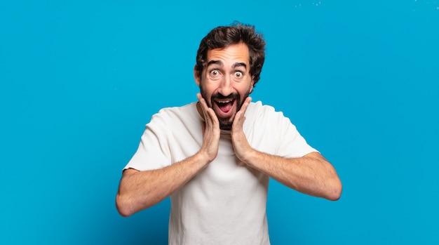 Giovane uomo pazzo barbuto che grida