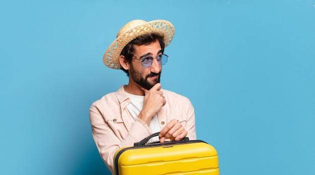 Giovane pazzo barbuto. concetto di viaggio