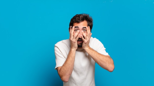 Giovane uomo pazzo barbuto con uno spazio di copia. espressione arrabbiata