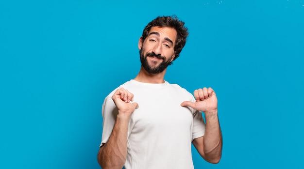 Giovane uomo pazzo barbuto con uno spazio di copia. espressione orgogliosa