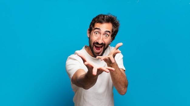 Giovane uomo pazzo barbuto con uno spazio di copia. espressione scioccata