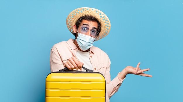 Giovane pazzo barbuto con una maschera covid. concetto di viaggio.