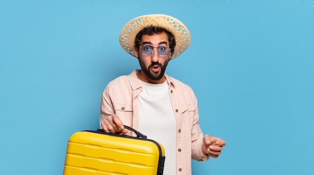 Giovane uomo pazzo barbuto con carrello giallo