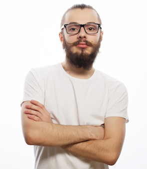 Giovane uomo barbuto hipster con gli occhiali. su sfondo bianco.