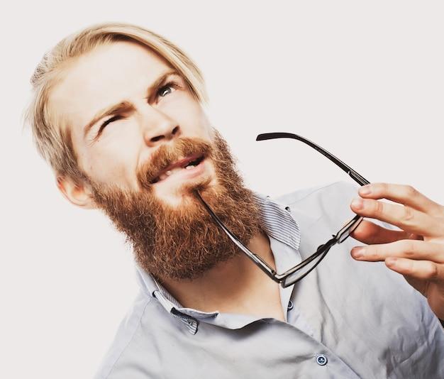 Giovane uomo barbuto hipster con gli occhiali. su bianco.
