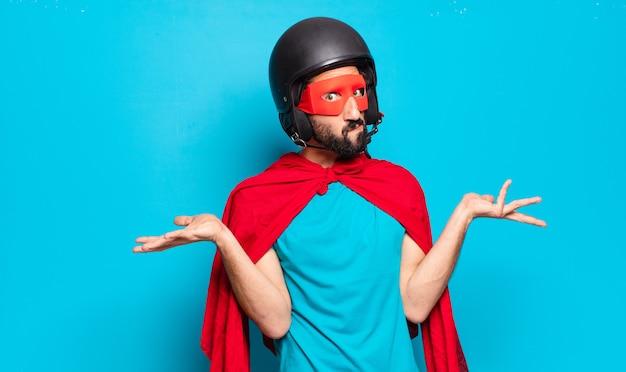 Giovane uomo barbuto. super eroe pazzo e divertente con casco e maschera