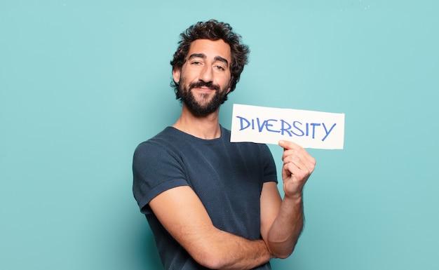 Giovane uomo barbuto che tiene insegna di diversità