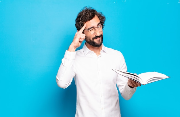 Giovane uomo barbuto lettura