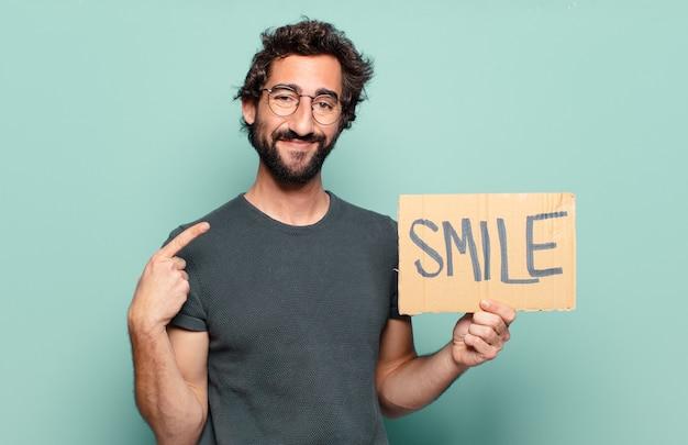 Concetto di sorriso di giovane uomo barbuto