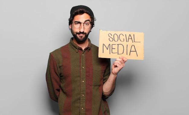 Concetto di social media del giovane uomo barbuto