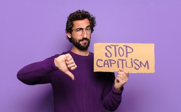 Giovane uomo barbuto ferma il concetto di capitalismo