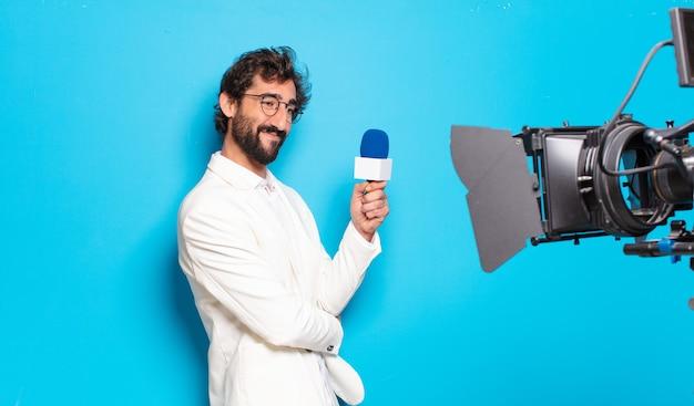 Presentatore televisivo di giovane uomo barbuto