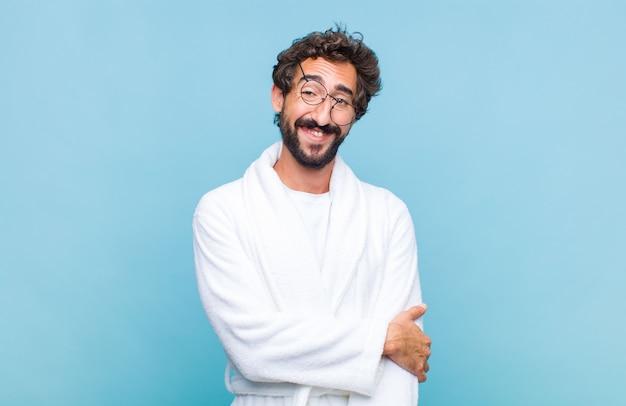 Giovane uomo barbuto che indossa un accappatoio
